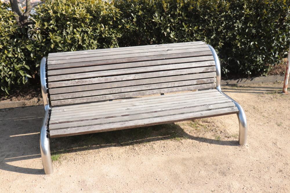 古びた背伸ばし椅子