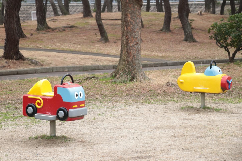 車と飛行機のスイング遊具