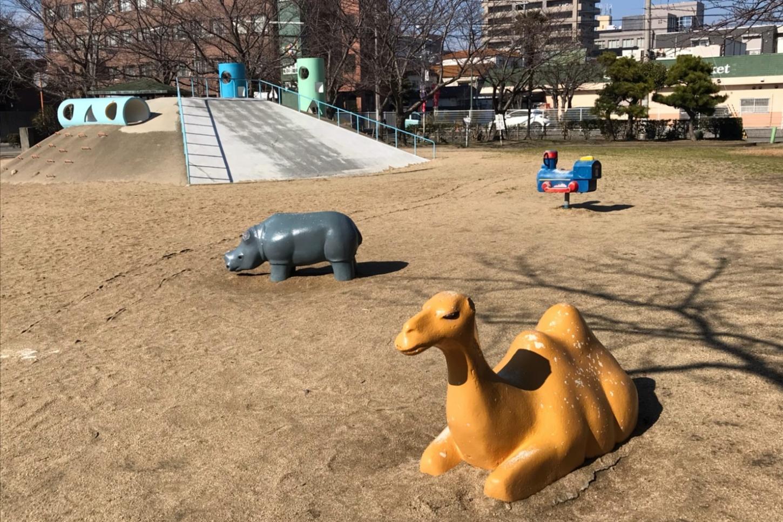動物モチーフの象形遊具とスイング遊具