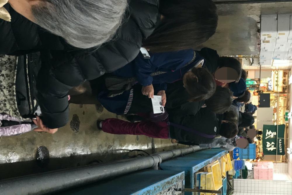 魚の棚の魚屋さん松庄のイカナゴを求める行列