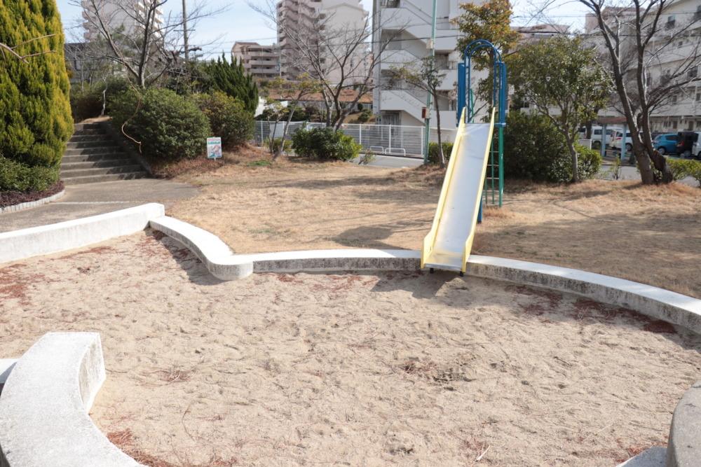 滑り台と砂場