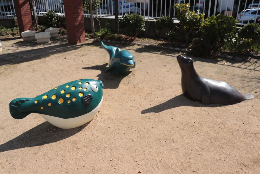 フグとアシカとイルカがモチーフの象形遊具