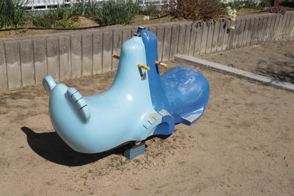 アシカの形をした対面二人乗りスイング遊具