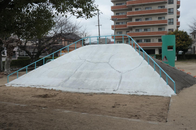 山型の滑り台の正面