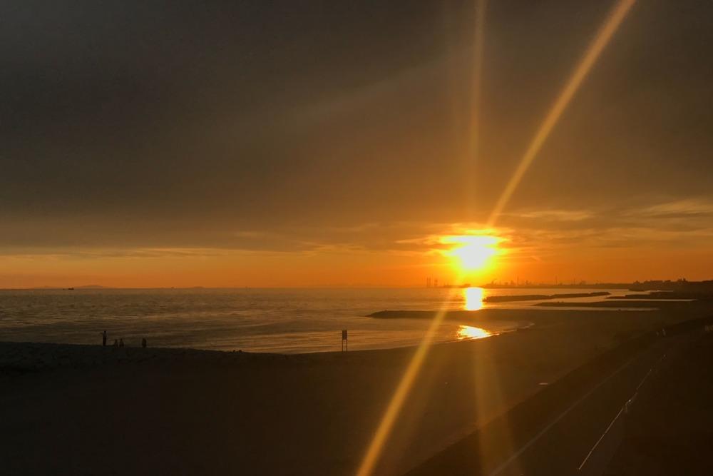 水平線に夕陽が沈む綺麗なスポット