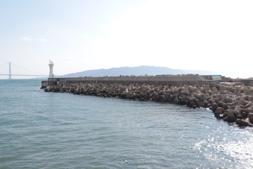 明石港白灯台堤防内向きテトラ