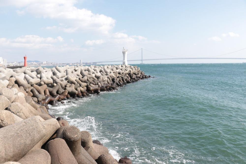 明石港白灯台堤防外向きテトラ